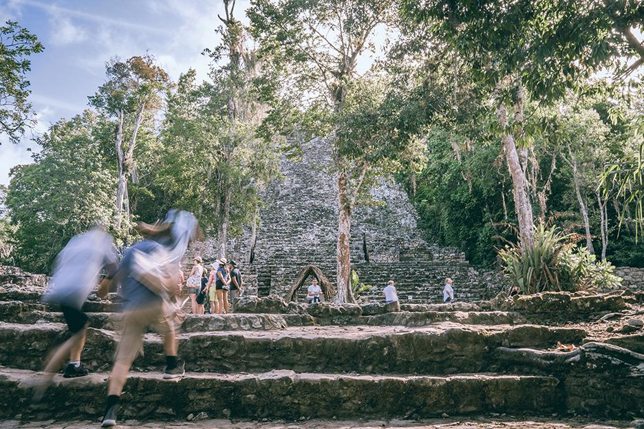 Strefy archeologiczne na Jukatanie: ruiny Coba i turysci