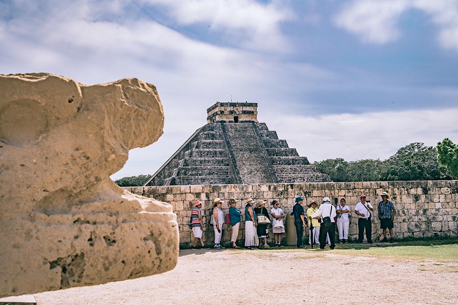 Strefy archeologiczne na Jukatanie: turysci w Chichen Itza