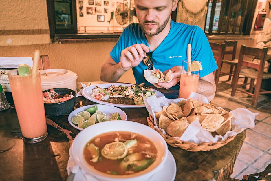 Restauracja na Jukatanie. Sopa de lima i tacos.