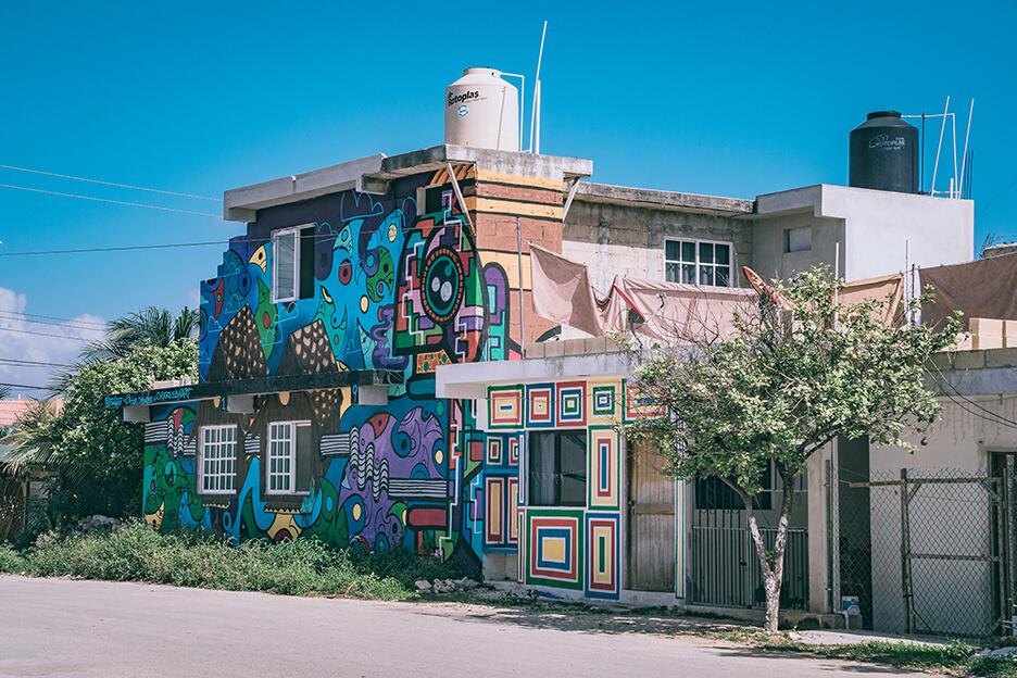 Budynek na Jukatanie i graffiti.