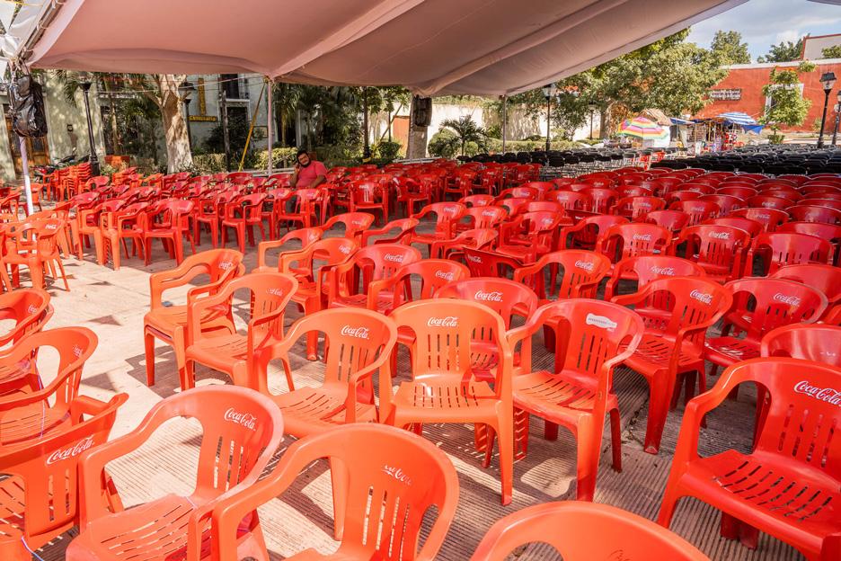 Meksyk, Valladolid, plastikowe krzesła przed kościołem